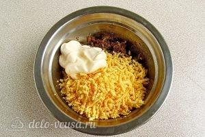 Яйца, фаршированные шпротами: Соединить желтки, шпроты и майонез