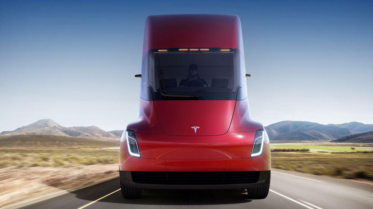 Tesla показала электрогрузовик и уникальный родстер