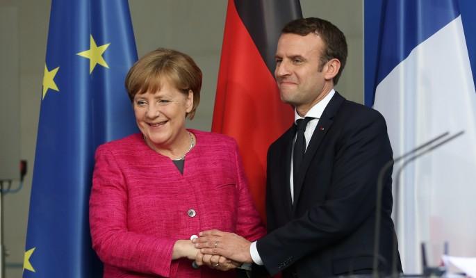 Опытная Меркель сдалась под напором страстного Макрона
