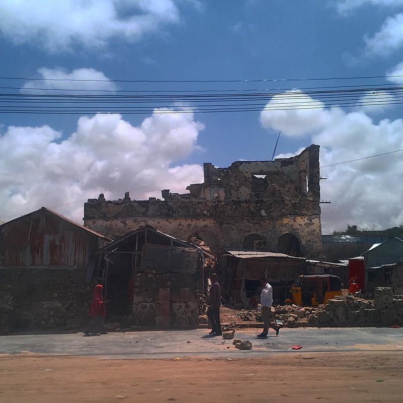Тут и там видны следы гражданской войны Могадишо, жители Сомали, сомали