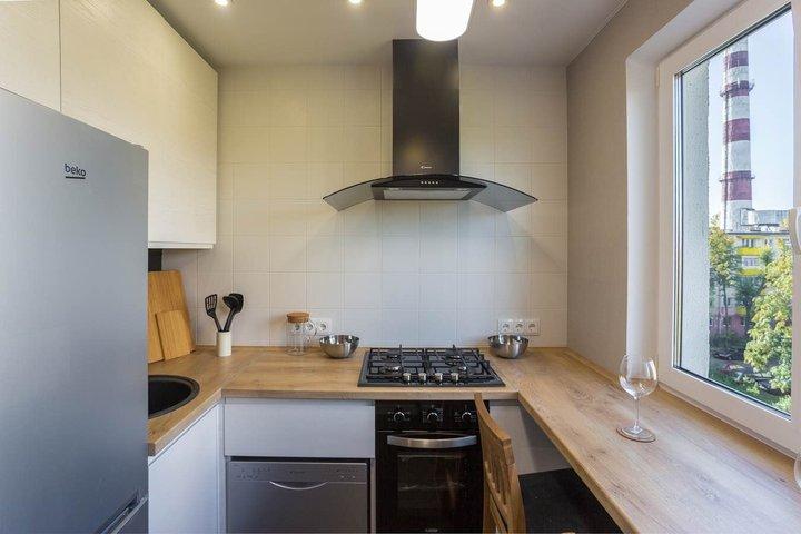 Белая кухня на 6 квадратах
