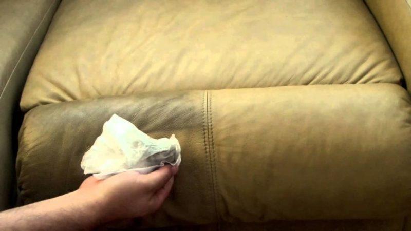 Как вывести пятно от грязи с дивана фото