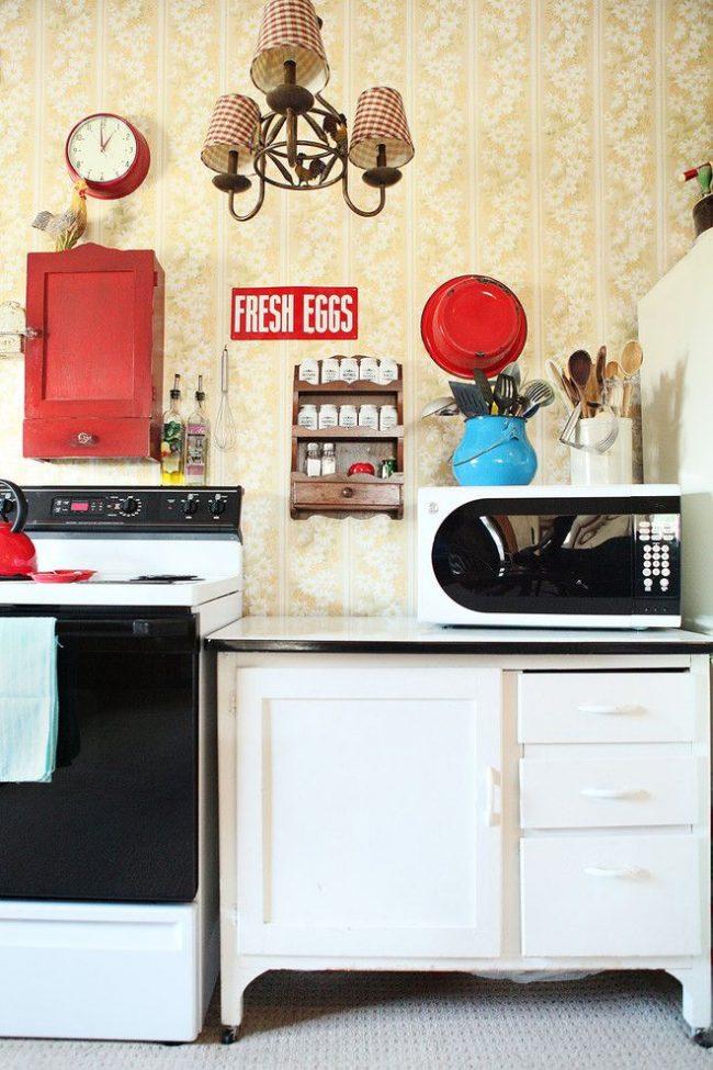 Кухня в стиле шебби-шик с небольшой полкой для хранения специй