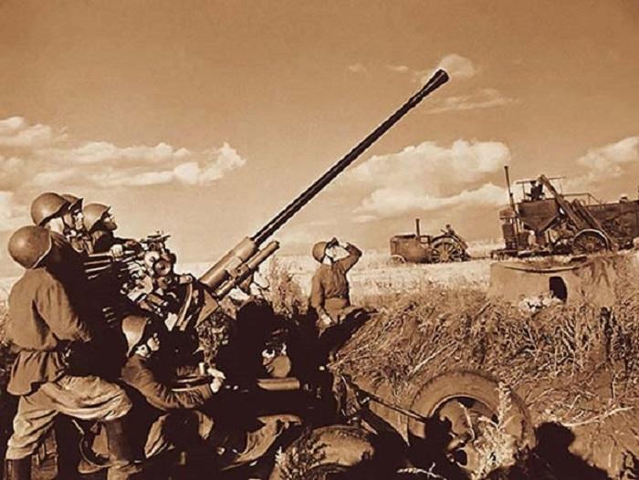 Полевые работы под защитой зенитных орудий.