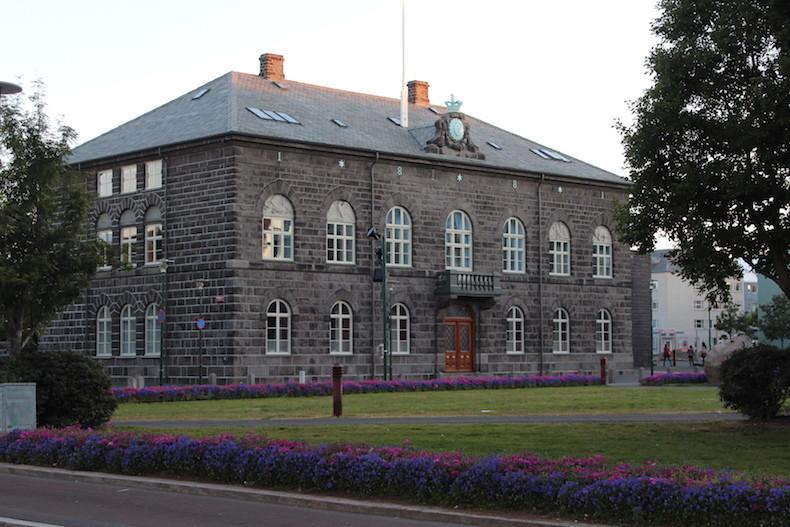 На фото: здание исландского парламента интересные факты о стране, исландия, факты
