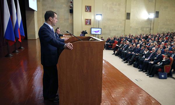 Медведев призывает сформировать стабильный спрос на продукцию российских компаний