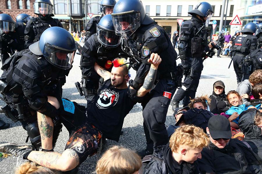 Кого и как наказывают на митингах в Германии?