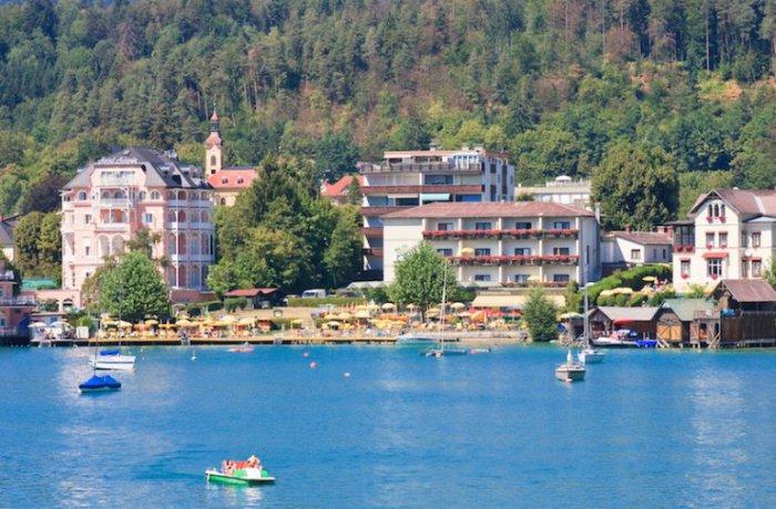 Озеро привлекает туристов своими самыми теплыми водами в стране, что делает его идеальным местом для летнего купания.