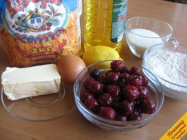 Мука 300 г, сахар 2/3 стакана, масло сливочное 100 г, яйцо 2 шт., ягода (замороженная) 450 г, лимон (сок) 1/2 шт., сухари панировочные 1 ст. ложка, масло растительное 2 ст. ложки.