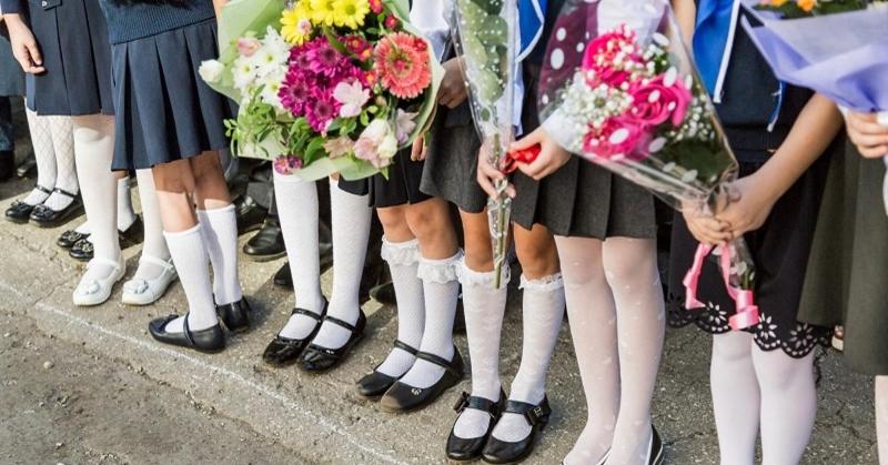 Нужно ли дарить цветы педагогам в День учителя