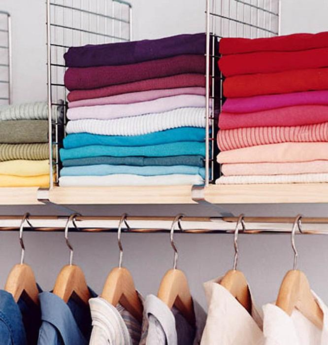 Оптимизировать пространство в шкафу возможно при помощи интересных разделителей.