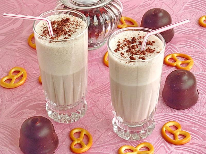 Спиртные напитки. Молочный коктейль с коньяком и шоколадным пудингом