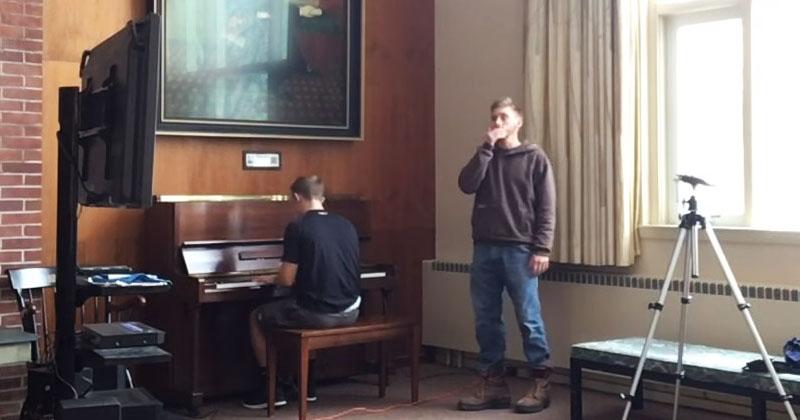 Он садится за рояль и начинает играть. В следующий момент его друг делает то, что приводит всех зрителей в восторг!