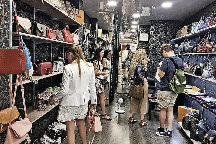 Звезды российского шоу-бизнеса покупают брендовую обувь и одежду на вещевом рынке