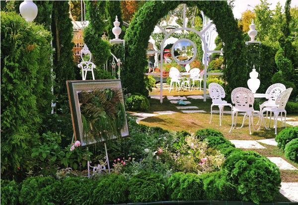 Предпочитаете оригинальность во всем? Тогда используйте в дизайне сада стекло, зеркала и поликарбонат. Поверьте, эти материалы способны на настоящие чудеса!