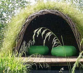 уютное место на вашей даче с скрытыми скамейками
