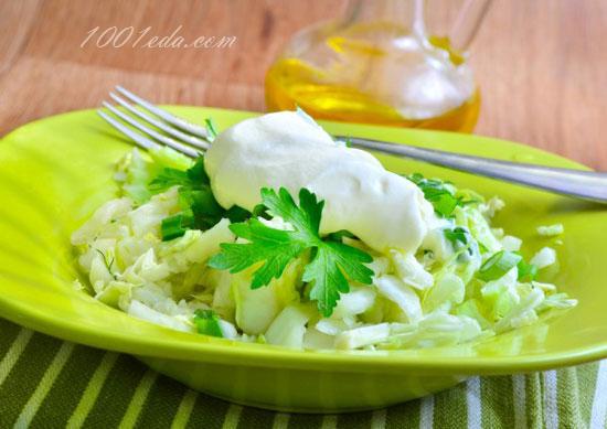 Пикантный салат из молодой капусты