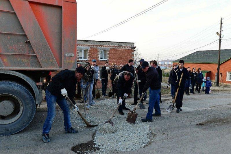 В Свердловской области автомобилисты сами заделывают ямы на дорогах
