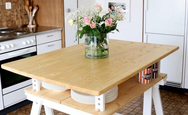 Стандартный стол IKEA в кухо…
