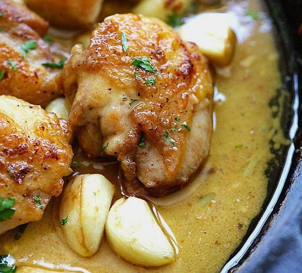 Нежные с хрустящей корочкой куриные бедрышки в сливочно-чесночном соусе