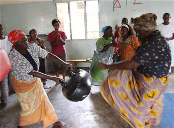 Женщины на практических занятиях по самообороне.