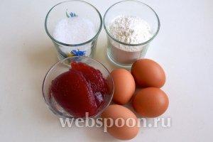 Для праздничного рулета нам понадобится «сладкая четверка»: яйца, мука, сахар и очень густой джем (у меня вишнёвый).