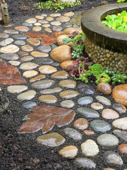 Каменные дорожки в саду выполняют сразу несколько разных функций – упрощают перемещение по дачному участку и зонируют пространство.