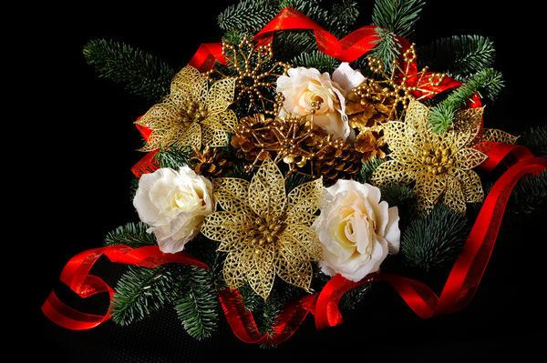 Яркие детали и живые цветы сделают композицию нарядной и праздничной