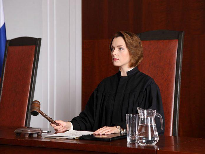 Судья выносит пожилой леди п…