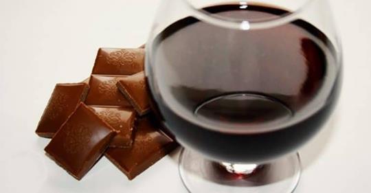 Исследование: употребление шоколада и красного вина может помочь предотвратить старение