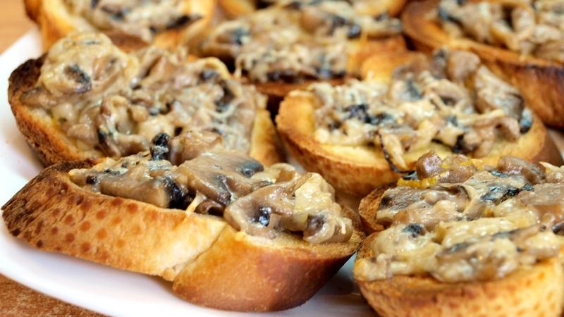 Кростини с грибами и сыром - видео рецепт