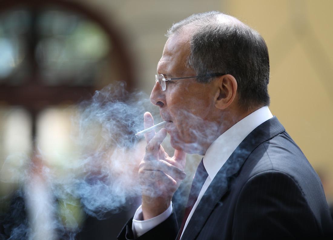 Захарова рассказала, сколько сигарет в день выкуривает Лавров