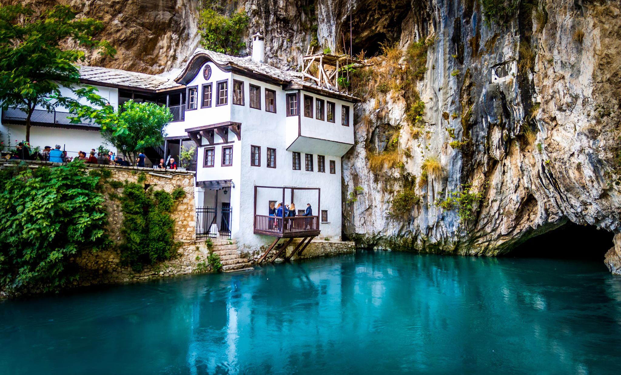 Турецкий султан приказал построить красивую текию рядом с нереальной зелёно-голубой водой Буны