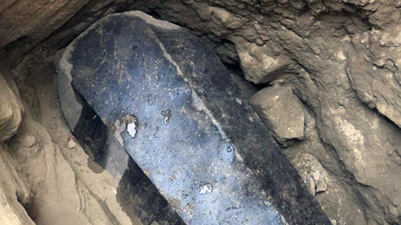 Учёные в Египте вскрыли гигантский чёрный саркофаг