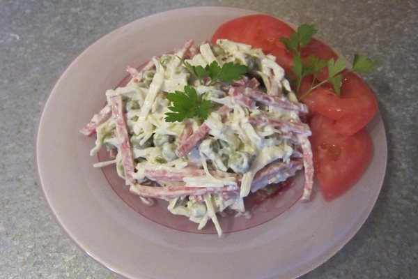 Быстрый салат из капусты и колбасы