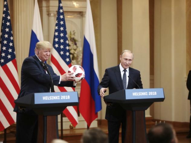 Трампу посоветовали проверить подаренный Путиным мяч на «жучки»