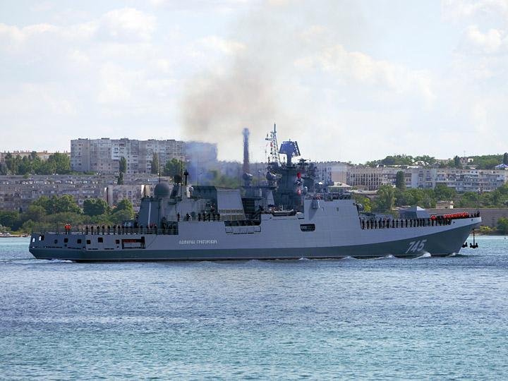 Заход фрегата «Адмирал Григорович» в Севастополь: В воздух поднялись боевые вертолёты