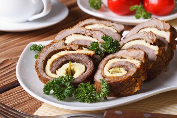 Пасхальный рулет из двух видов мяса