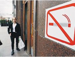 Минздрав поддержал запрет курения около подъездов