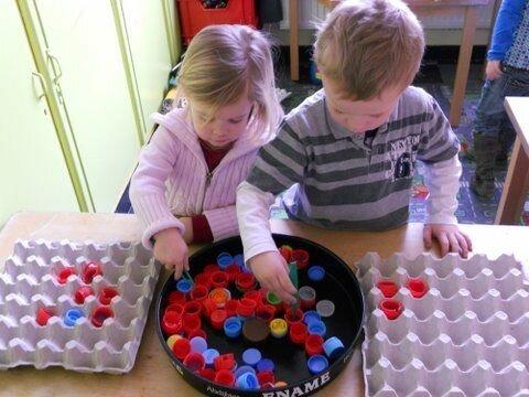 Или крышки от пластиковых бутылок в клетки из под яиц по цветам Фабрика идей, гениально, дети, занятие, интересное, родители, увлечение