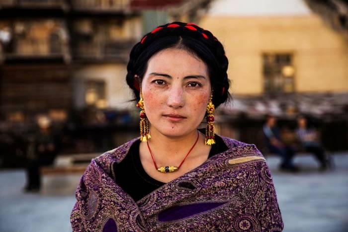 Женщина в праздничном наряде Мосу перед началом фольклорного шоу.
