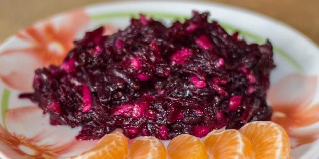 Салат с черносливом, свёклой, грушей и медовой заправкой