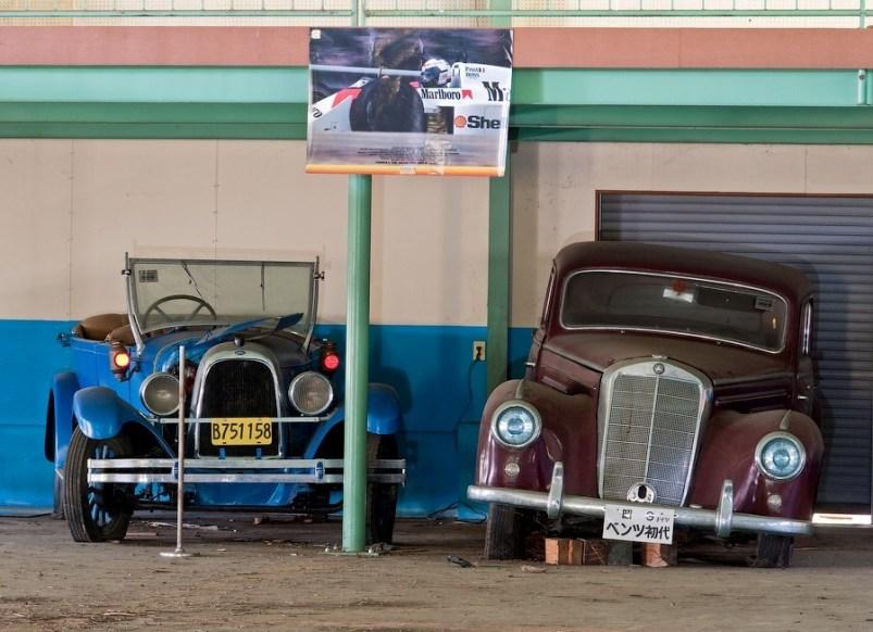 Коллекционные автомобили в заброшенном японском музее.