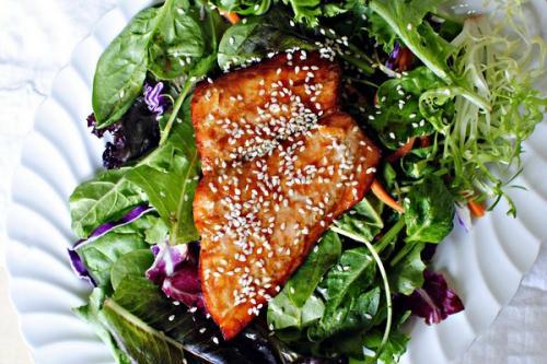Салат с лососем и красной капустой.
