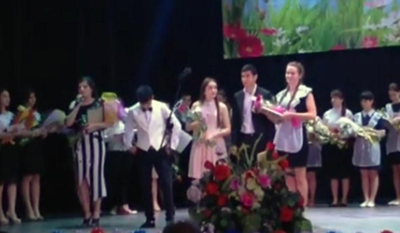 Отличница на официальной церемонии обличила одноклассницу: ей медаль выписала мама-чиновница (видео)