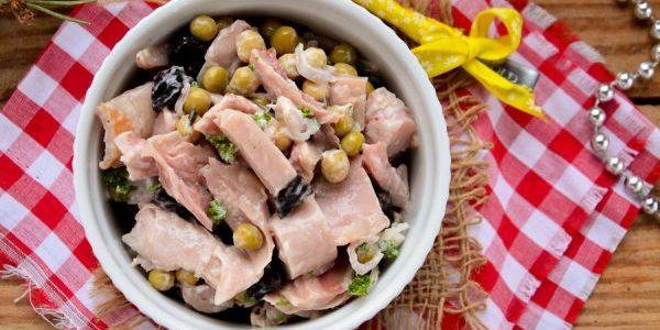 Салат с черносливом, курицей и зелёным горошком