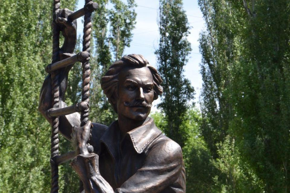 В Саратове открыли памятник Олегу Янковскому в образе барона Мюнхгаузена
