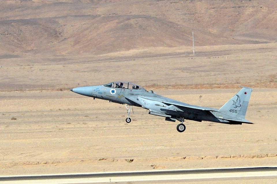 Израиль атаковал три военных…