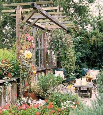 Сегодня владельцы современных квартир меняют деревянные окна на пластиковые. Не спешите выкидывать старые окна, попробуйте сделать из них открытую беседку. Если по ней пустить вьющуюся розу или клематис, то у вас получится организовать уютный уголок для отдыха на даче. Тень от растений спасет в знойную летнюю жару.