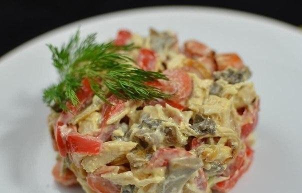 Замечательный интересный салат с курицей и маринованными грибами